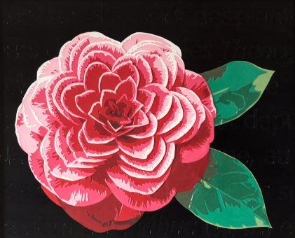 Jolie fleur rouge en découpage collage papier sur fond noir avec des mots gravés. Par Carole b.