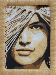 Portrait de Cindy Crawford au chapeau de paille avec du sable sur le visage. Découpage collage par Carole b