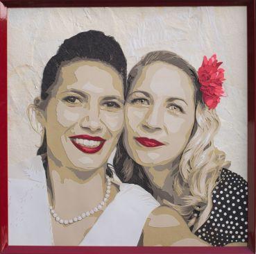 portrait de jeunes femmes, robe à pois, rouge à lèvres et fleur rouge en mode pin up se faisant un selfie. Découpage collage par Carole b