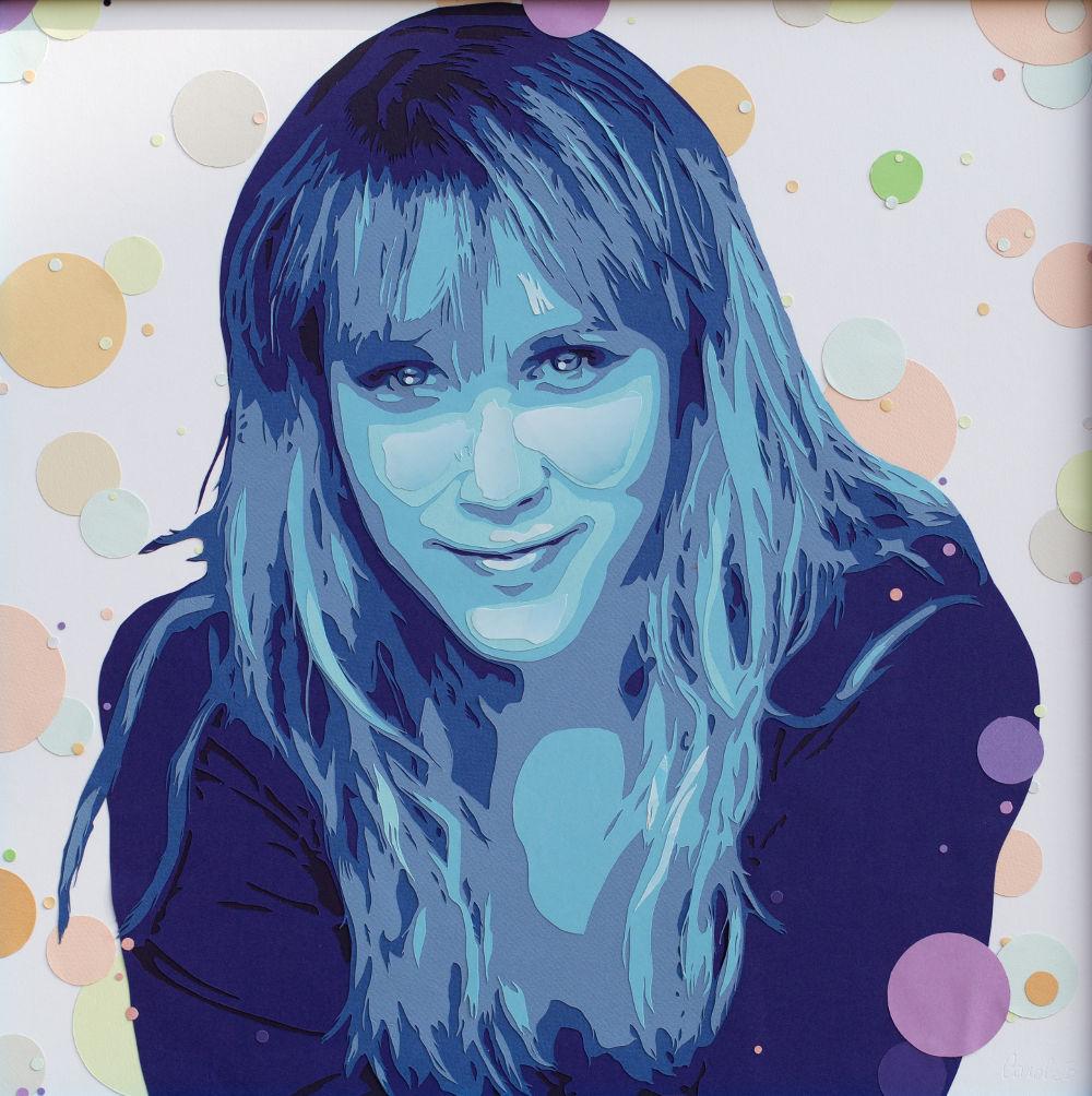 portrait bleu, de Nina Despres, en découpage collage papier sur fond de bulles. Par Carole b