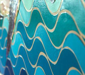 """Vue sur le côté sur les vagues de mon tableau """"Marine"""", avec un joli dégradé de couleurs bleu vert et des variations de vernis..."""
