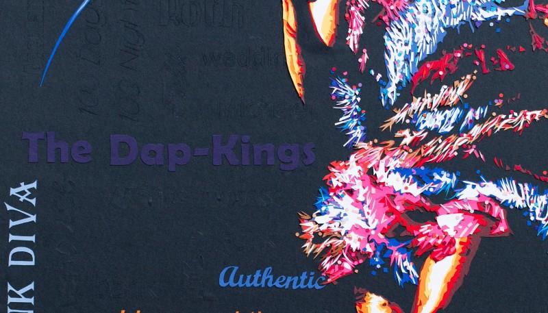 Robe multicolore à franges et paillettes : Sharon Jones sur scène, pleine d'énergie, de fun et de soul ! Découpage collage papier featured