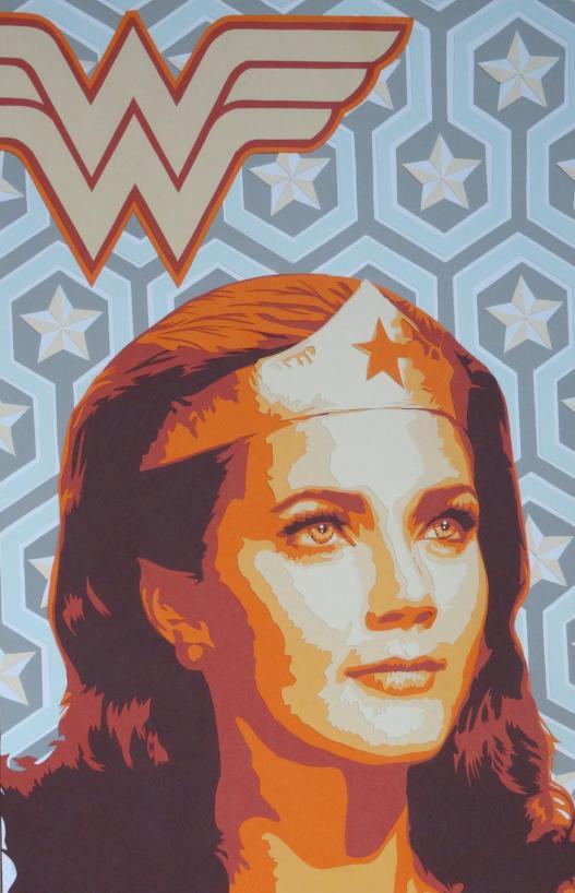 Wonder Woman, Linda Carter, dans un portrait couleurs seventies, avec ambiance rétro, kitch et étoilée. Découpage collage papier par Carole B